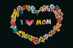 J'aime l'expression de maman écrite par les lettres colorées en plastique sur le tableau noir Images libres de droits