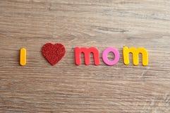 J'aime la maman écrite avec des lettres colorées et un coeur rouge Photo stock