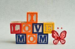 J'aime la maman écrite avec les blocs colorés d'alphabet Images stock