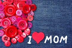 J'aime la maman la fleur de jour donne à des mères le fils de momie à Fond de texture de boutons rouges Images stock