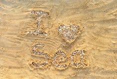 J'aime la mer Lettres et coeur faits à partir de petits pierres et seashel Photographie stock