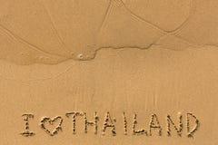 J'aime la Thaïlande - textotez écrit sur la plage sablonneuse Images libres de droits