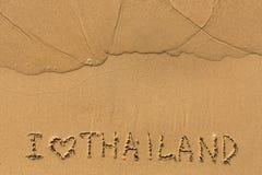 J'aime la Thaïlande - textotez écrit sur la plage sablonneuse Photos libres de droits