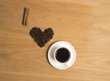 J'aime le café avec des grains de café, un bâton de cannelle et le café noir Images stock