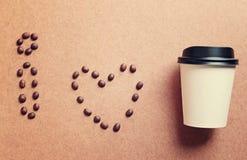 J'aime le café des grains de café et de la tasse de papier Images stock