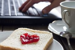 J'aime le concept de lieu de travail d'affaires avec la forme et le café de coeur de confiture de petit déjeuner d'ordinateur por Image libre de droits