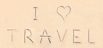 J'aime le lettrage de voyage dessiné sur le sable Image stock