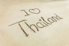 J'aime le mot de la Thaïlande de coeur écrit sur le sable de plage Photographie stock libre de droits