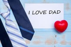 J'aime le PAPA avec les cravates bleues et la forme rouge de coeur sur le fond en bois Le jour de père heureux et les concepts in image stock