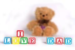 J'aime le papa, photo avec le jouet mou brun concerne le fond blanc Les mots sont faits avec des cubes en enfants, lettres coloré Photos libres de droits