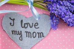J'aime ma maman écrite sur le coeur de denim Photographie stock
