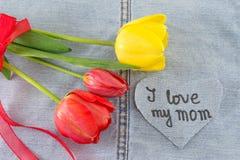 J'aime ma maman écrite sur le coeur de denim Photos stock