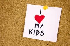 J'AIME MON concept d'enfants avec l'écriture colorée sur le fond de panneau de liège Photos libres de droits