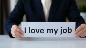 J'aime mon Job Concept Mains de femme d'affaires tenant un papier avec le texte Fin vers le haut banque de vidéos