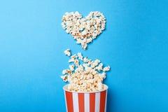 J'aime observer des films Maïs éclaté renversé sous forme de seau de coeur et de papier dans une bande rouge Photographie stock