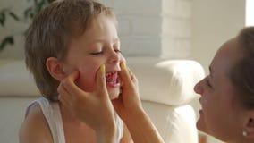 j?hriger Junge 6, der gr?nen Apfel und versuchen Milchz?hne, auszuziehen isst stock footage