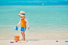J?hriges Kleinkind drei, das auf Strand spielt stockfoto