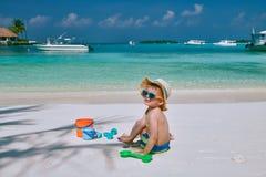 J?hriges Kleinkind drei, das auf Strand spielt stockfotos