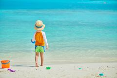 J?hriges Kleinkind drei, das auf Strand spielt stockbild
