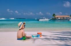 J?hriges Kleinkind drei, das auf Strand spielt lizenzfreie stockbilder