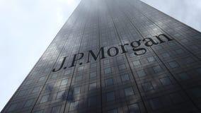 J P Logo de Morgan sur les nuages se reflétants d'une façade de gratte-ciel, laps de temps Rendu 3D éditorial banque de vidéos