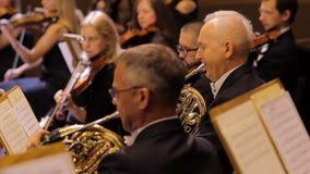 J?RKOV, UCRANIA, el 15 de mayo de 2018: Concierto de la orquesta sinf?nica violines almacen de video