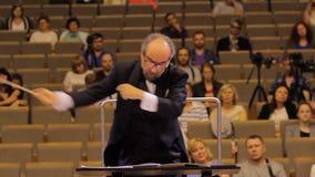 J?RKOV, UCRANIA, el 15 de mayo de 2018: Concierto de la orquesta sinf?nica violines almacen de metraje de vídeo