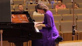 J?RKOV, UCRANIA, el 15 de mayo de 2018: Concierto de la orquesta sinf?nica violines metrajes