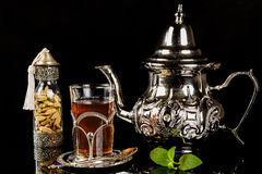 Język arabski nowa herbata i kardamonowi ziarna Zdjęcia Stock