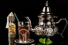 Język arabski nowa herbata i kardamonowi ziarna Obrazy Stock