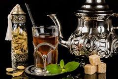 Język arabski nowa herbata i kardamonowi ziarna Zdjęcie Stock