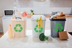 Jałowy sortować w domu ochrona środowiska naturalnego Kolorowi śmieciarscy kosze z przetwarzać ikonę klingeryt pełno, jedzenie, p zdjęcie royalty free