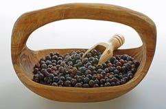 Jałowcowa jagoda w drewnianym pucharze obraz royalty free