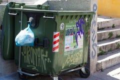 Jałowy kosz w centrum Ateny zdjęcia stock
