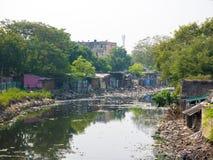 Jałowy lub śmieciarski zanieczyszczania jezioro lub kanałowa powoduje katastrofa env obrazy stock