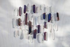 Jaśni i purpurowi fiołkowi kwarcowi kryształy w świetle słonecznym na drewnianej strukturze zdjęcia royalty free