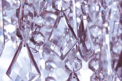 Jaśni kryształy wiesza od chandellier Zdjęcia Stock
