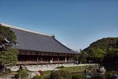 Jaśni niebieskie nieba nad Tenryuji świątynią obraz stock
