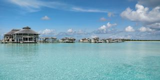 Jaśni wodni Maldives nad wodną willą obrazy royalty free