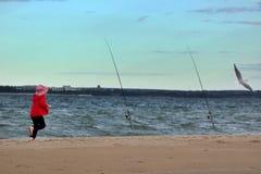 Jaśnieje Le Piasek plaża mała dziewczynka w czerwieni gonił seagull zdjęcia stock