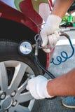 Jaźń Pompuje samochodowe opony Zdjęcie Royalty Free
