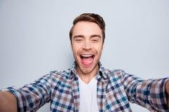 Jaźń portret brodaty, rozochocony, śmieszny, szczęśliwy facet w przypadkowym o, zdjęcie stock