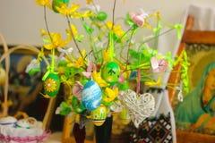 Jaźń robić drzewną z błękitnym kolorem żółtym i zielonymi Wielkanocnymi jajkami Fotografia Stock