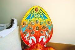 Jaźń robić drzewną z błękitnym kolorem żółtym i zielonymi Wielkanocnymi jajkami Obrazy Stock