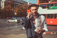 Jaźń ufny biznesmen ma rozmowę telefoniczą po środku fotografia royalty free