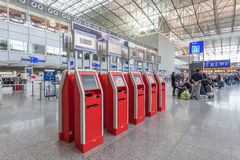 Jaźni Checkin maszyny przy lotniskiem Obrazy Stock