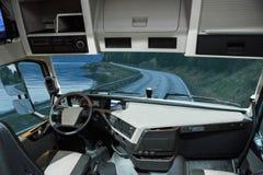 Jaźni jeżdżenia ciężarówka bez kierowcy na drodze obrazy royalty free