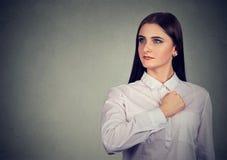 Jaźni ufna młoda kobieta patrzeje daleko od z dumą fotografia royalty free