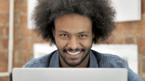 Ja, Afrikaanse Mens die Aanbieding goedkeuren op het Werk stock video
