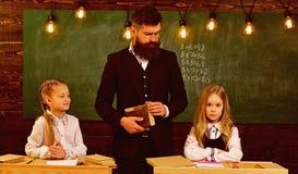 Ja bierze dyscyplinę być najlepszy dyscypliną przy szkolną lekcją, schoolgils dyscyplina poważny nauczyciel chce dobrego obraz stock